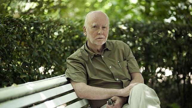 El poeta polaco Adam Zagajewski, en el Jardín Botánico de Madrid el pasado mes de junio
