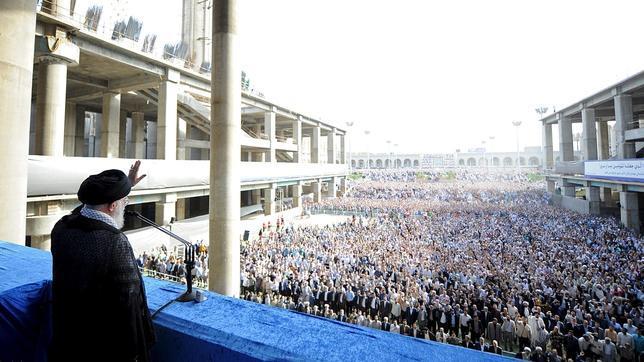 El ayatolá Jamenei en Teherán este sábado durante la fiesta del fin del Ramadán