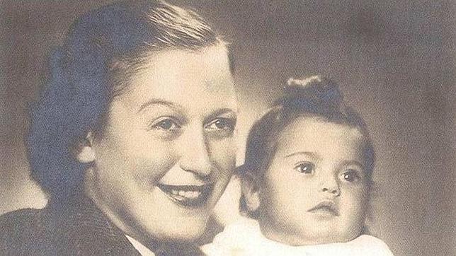 Eva Clarke, en los brazos de su madre