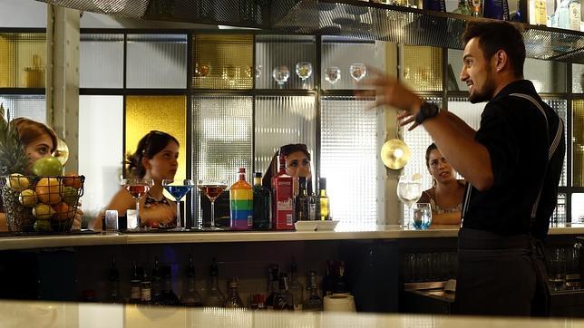 Un camarero del restaurante Atalanta prepara cócteles ante la clientela
