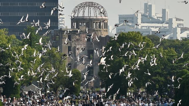 Palomas sobrevuelan Hiroshima en el 70 aniversario de la bomba atómica