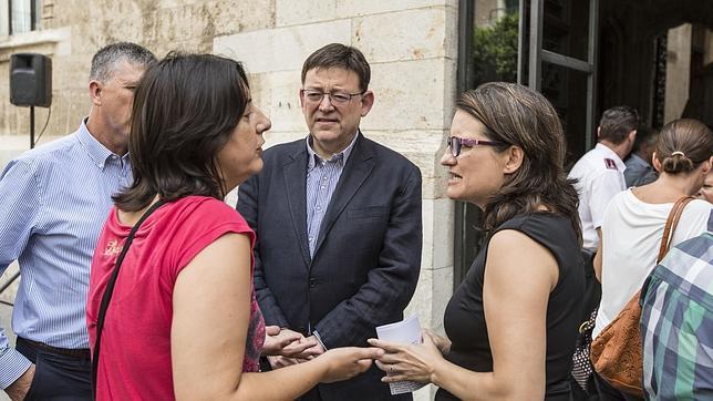Puig y Oltra conversan, este viernes, en la puerta del Palau de la Generalitat