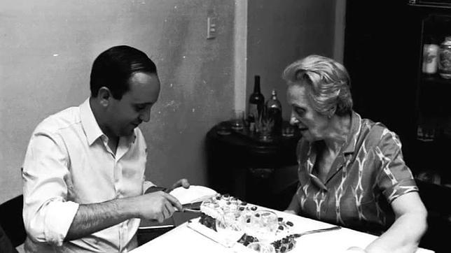 Fotografía tomada en el domicilio de Regina, la madre de Jorge en el barrio de Recoleta, en Buenos Aires. Un joven Francisco corta un trozo de tarta. «No celebraban ningún cumpleaños pero sí el encuentro entre madre e hijo»
