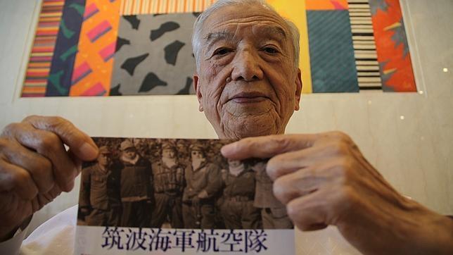 Tras la guerra, Yoshiomi Yanai, se convirtió en pacifista y su hija se casó con un norteamericano. En la imagen muestra su foto de kamikaze