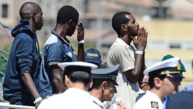 Un grupo de inmigrantes después de desembarcar en Catania