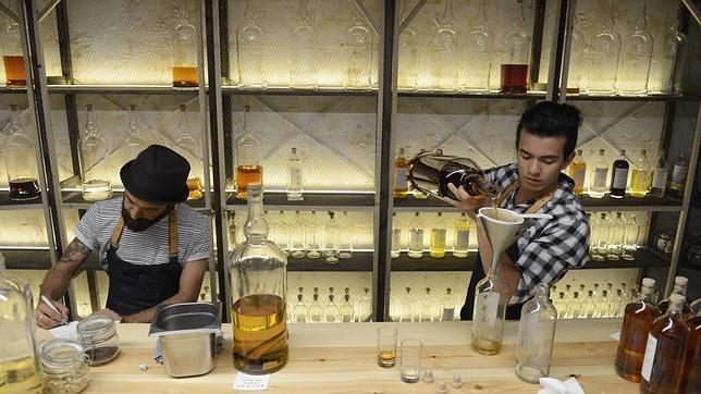 Narciso Bermejo y un compañero, en el «laboratorio» del bar, donde preparan las bebidas propias
