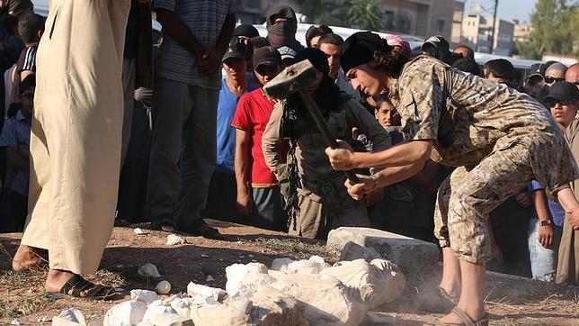 Fotograma de un vídeo propagandístico del Estado Islámico destruyendo piezas de gran valor histórico en Palmira