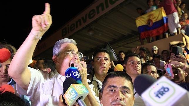 El expresidente de Colombia, declarando ante los medios en el puente Internacional Simón Bolívar (Colombia)