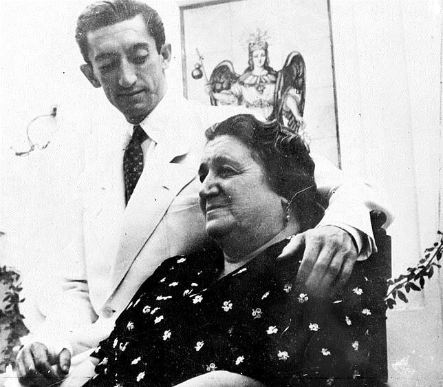 Manolete con su madre, Doña Angustias