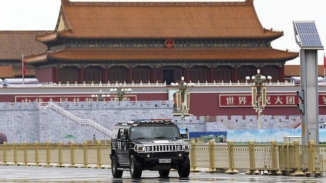 Un vehículo de policía vigila la plaza de Tiananmen en Pekín, China, durante los preparativos del desfile