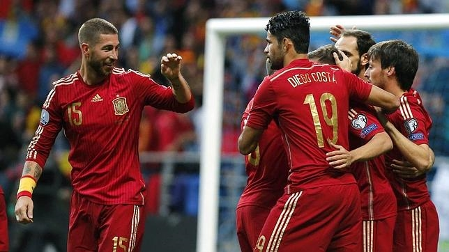 Los jugadores de la selección celebran el gol de Alba