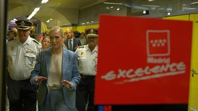 La presidenta de la Comunidad, Cristina Cifuentes, durante su visita al Centro de Control de Seguridad del Metro