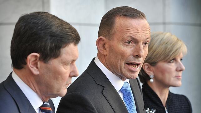 Kevin Andrews en primer término junto con el primer ministro Australiano