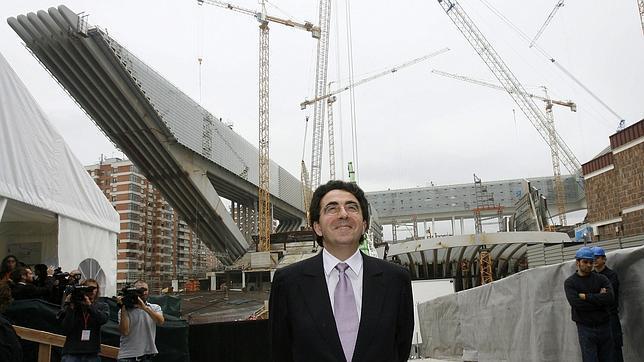 Imagen de Santiago Calatrava junto a una de sus obras en Oviedo