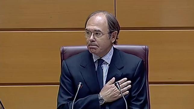 Pío Garcia-Escudero, emocionado, se lleva la mano al corazón en señal de afecto mientras los senadores de todos los partidos le aplauden