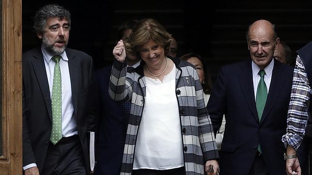La consellera de Educación de la Generalitat, Irene Rigau (c), junto a su abogado Miquel Roca (d), tras prestar declaración ante el Tribunal Superior de Justicia de Cataluña (TSJC)