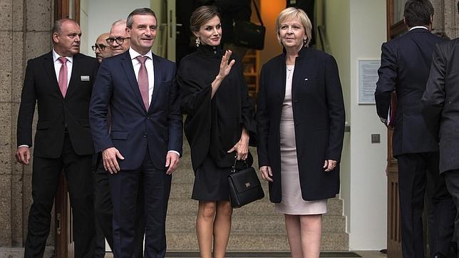 esde que estrenó la capa negra de Hugo Boss, Doña Letizia no ha querido prescindir de ella