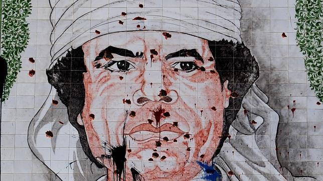 Mosaico de Gadafi atacado en Trípoli tras la huida del dictador de la capital en 2011