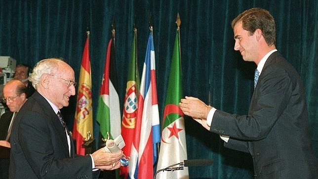 Carlos Bousoño, cuando recibió el premio Príncipe de Asturias en 1995