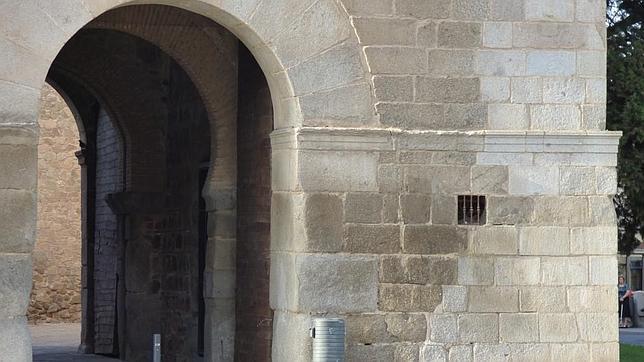 Esquina derecha rehabilitada en 1934 y ventana-testigo