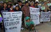 Más de cien inmigrantes, en su mayoría ecuatorianos, se concentraron ayer en la Delegación de Gobierno en Murcia. Efe