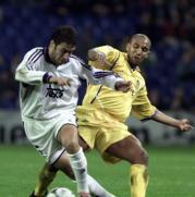 Raúl se lleva el balón en presencia de Dacourt. Miguel Berrocal