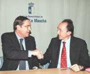 Fernando Lamata y Miguel Ángel Ruiz-Ayúcar, durante la firma del convenio de colaboración contra la drogadicción. Ó. Huertas