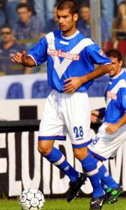 Guardiola conduce el balón en su debut con el Brescia Ap