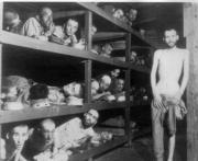 Prisioneros en un campo de concentración nazi. A la derecha, Josef Mengele, el «doctor de la muerte». ABC