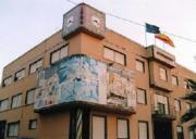 Ayuntamiento de Benejúzar, con el mural que recuerda el seísmo de 1829.ABC