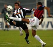 Rivaldo disputa el balón a Ferrara en un momento del clásico italianoREUTERS