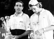 Alex Corretja y Carlos Moyá, después de la histórica final de 1998 REUTERS