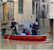 Grupos de rescate ayudan a desalojar a los habitantes del casco viejo de Tudela