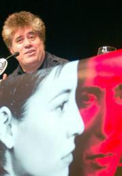 Almodóvar, sobre el póster de la película, ayer en el Círculo de BB.AA.IGNACIO GIL
