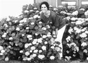 Mónica Fernández-Aceytuno, en el jardín de su casa en Galicia. ABC