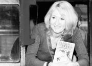 J. K. Rowling sostiene un ejemplar de Harry Potter, que la ha convertido en la mujer más rica de Inglaterra