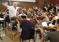 Daniel Barenboim dirigiendo ayer un ensayo del Taller del Diván en Pilas, a tres días del concierto en el Maestranza. EFE