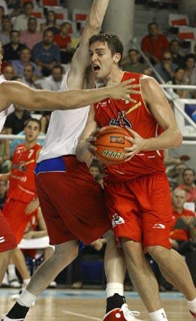 Gasol lucha con dos jugadores de Puerto Rico. EFE