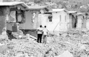 REUTERS Unos jamaicanos observaban ayer la destrucción que dejó el paso del huracán «Iván» en unos edificios de Kingston