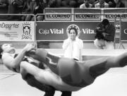 Almudena aplaude la bonita actuación de dos gimnastas en la celebración de su homenaje. EFE