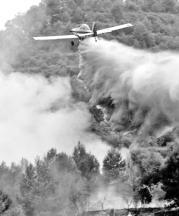 MIKEL PONCE  Una aeronave interviene en el reciente incendio declarado en Xátiva