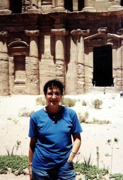 Layla junto a la fachada del templo del Monasterio en la ciudad de Petra