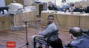 Ricardo Guerra se vuelve para identificar a uno de sus compañeros  Uno de los acusados (a la izquierda) sale de la Audiencia junto a su abogado