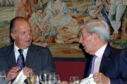 POOL  Don Juan Carlos conversa con el escritor Mario Vargas Llosa
