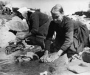 En los años sesenta, en los días de colada, las mujeres lavaban en las losas de la Casa del Agua, en Montejo de la Sierra