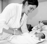 ABC  Una madre juega con su bebé recién nacido. Del total de 168 niños derivados  en 2005 a la unidad de diagnóstico, se detectó sordera en seis neonatos