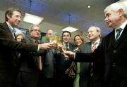EFE  Emilio Aragón y destacados líderes políticos brindaron ayer por la nueva cadena