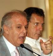 AP  Barenboim, en primer término, junto a Peter Mussbach, ayer en Milán
