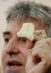 F. O.  Arsuaga muestra un hueso del  cráneo C15, de un Homo heidelbergensis de hace 500.000 años