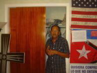 Delfín González, tío de Elián, en el  armario más famoso de todo Miami